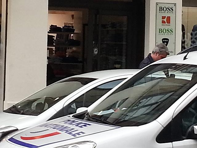 Un impact de balle sur la vitrine de Boss - LyonMag