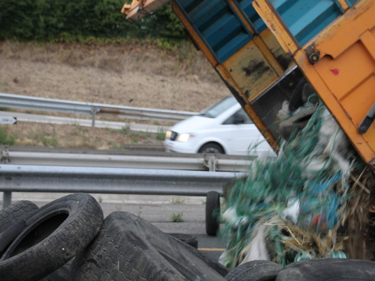 Des pneus ont été déversés sur la route - LyonMag