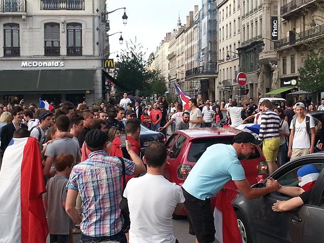 France-Nigéria : plus de 500 Lyonnais fêtent la victoire place Bellecour, les identitaires ont failli tout gâcher