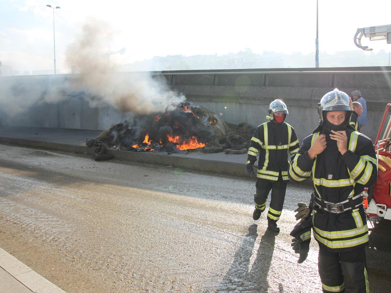 En partant, les éleveurs ont mis le feu à de la paille et des pneus - LyonMag
