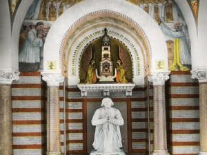 10000 pèlerins prient pour des prêtres