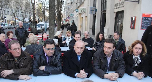 Gérard Collomb attentif aux propos du secrétaire fédéral du Rhône, Jacky Darne