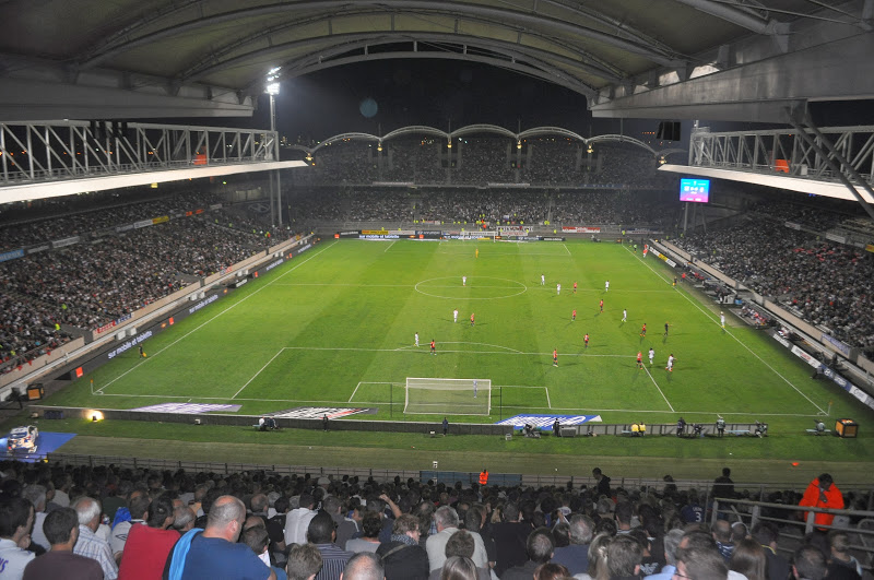 Stade de Gerland : des adolescents viennent soutenir l'OL avec des fumigènes