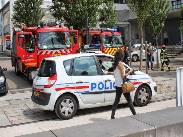 Des jeunes volent des casques aux pompiers de la fan-zone de Lyon