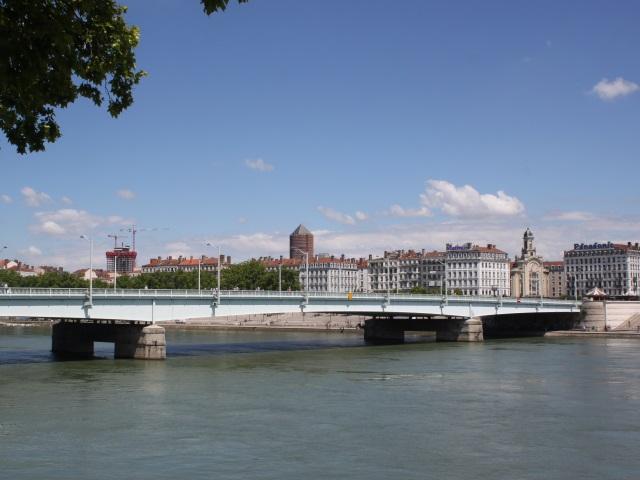 Un jeune homme se jette dans le Rhône devant les passants