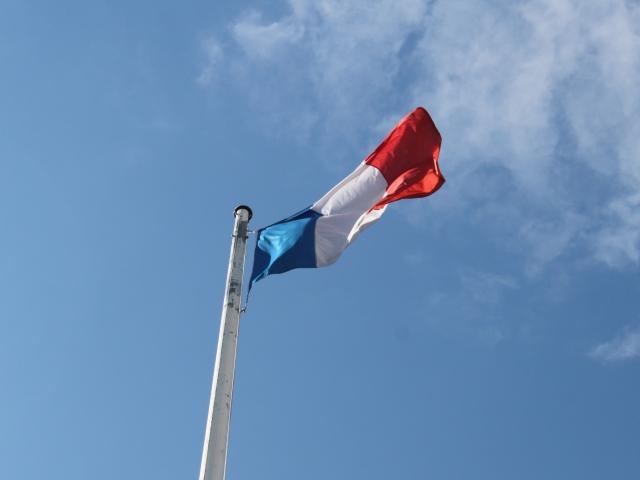 Un drapeau français de la mairie annexe de Givors détruit par le feu