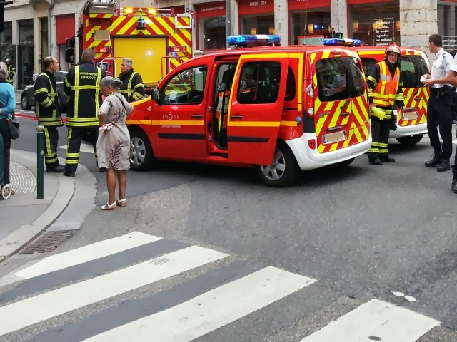 Lyon : un motard et un piéton fauchés par une voiture qui grille un feu rouge