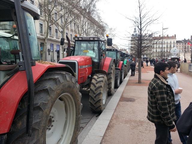 Lyon : un homme a été blessé après avoir effectué plusieurs tonneaux en tracteur