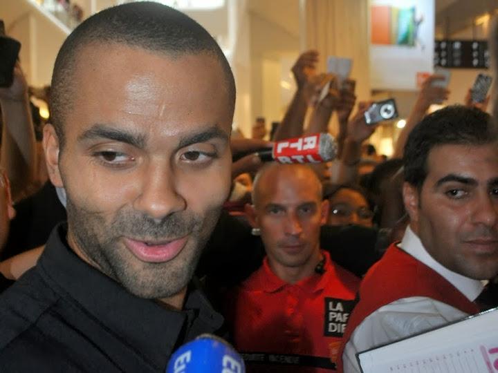Séance de décicaces début août à Villeurbanne avec l'équipe de France de basket