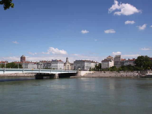 Lyon : un homme secouru par les pompiers après s'être jeté dans le Rhône