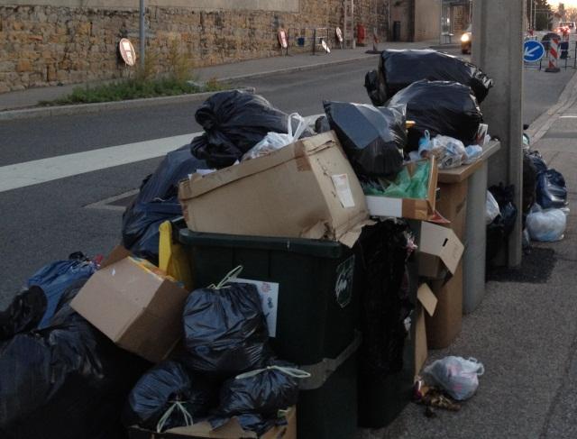 Lyon : elle se casse la jambe à cause des poubelles non ramassées, elle attaque la Métropole en justice