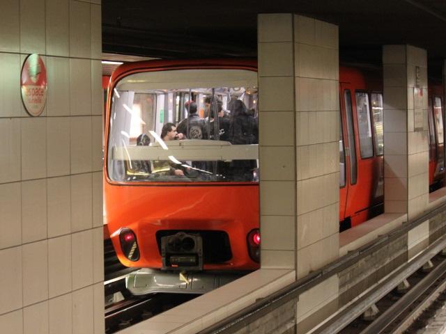 Lyon : le métro s'arrête, ils forcent les portes pour sortir