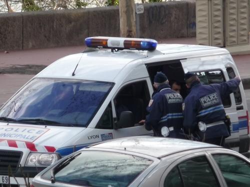 Vénissieux : ils se débarassent de cartouches devant les policiers