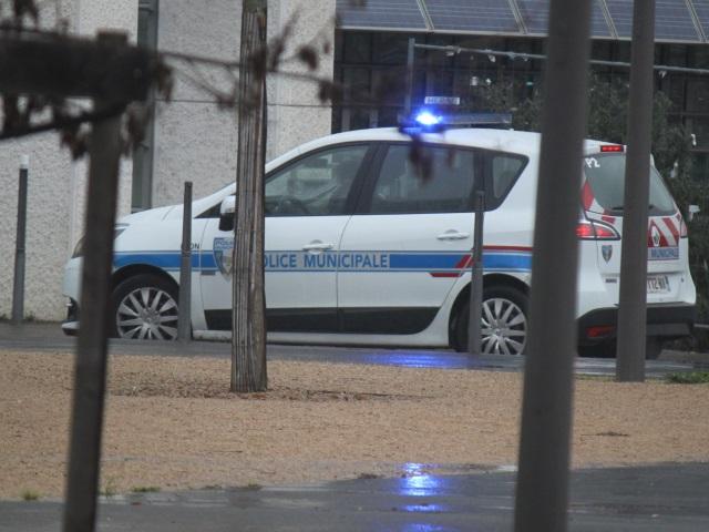 Villeurbanne : il frappe une passante et son chien