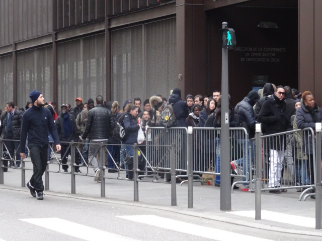 prefecture de lyon carte de sejour Files d'attente devant la préfecture du Rhône : le préfet prend