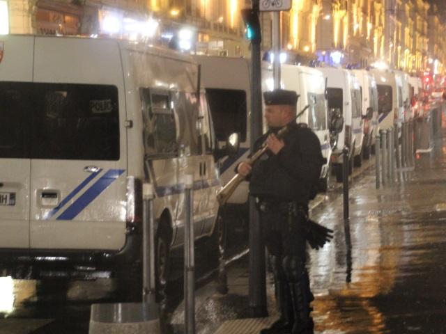 Un homme menace les policiers avec une mitraillette près de Lyon (Màj)