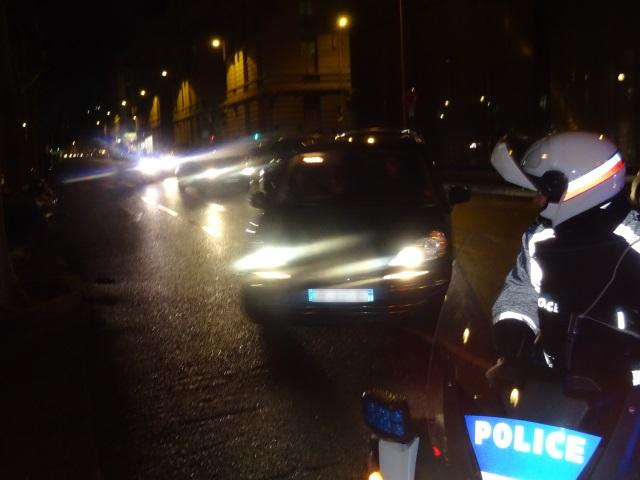 Avec les pneus crevés, il continue sa course-poursuite avec policiers et gendarmes