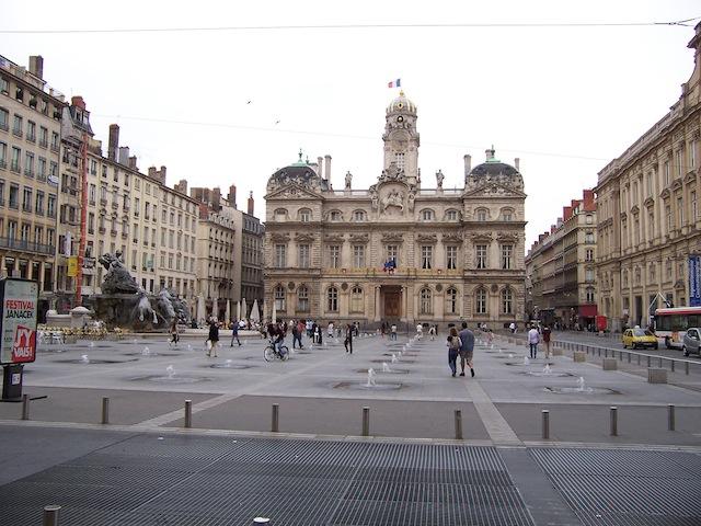 Lyon : il tente de tuer un homme sur la place des Terreaux (Màj)