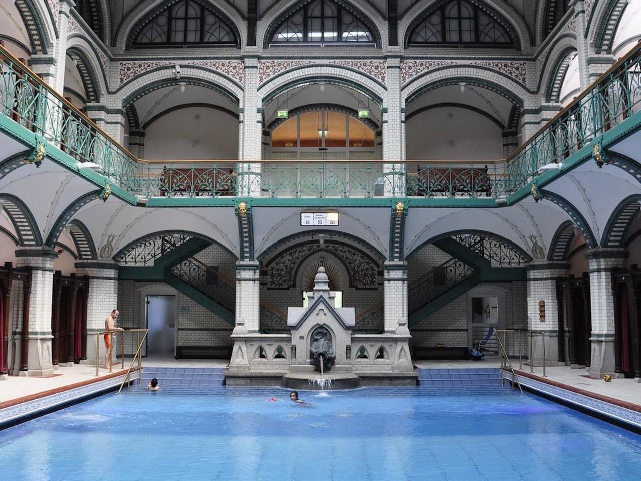 Un jeu vid o tcl yoda l asvel une piscine l h tel for Hotel design piscine lyon