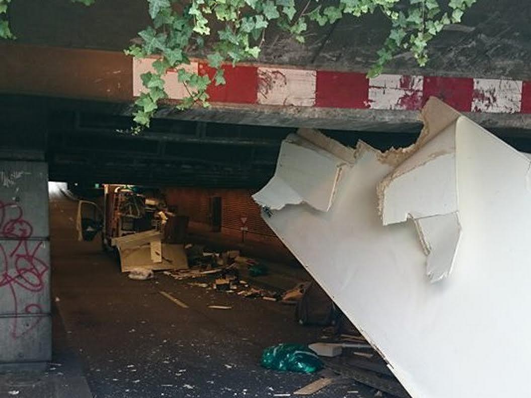 un camion de d m nagement s explose sous une tr mie lyon. Black Bedroom Furniture Sets. Home Design Ideas