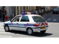 Ils prennent la fuite et foncent sur un policier