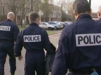 Une jeune femme mord un policier