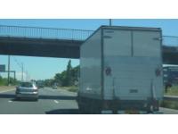 Un homme se jette sous un camion sur l'A43