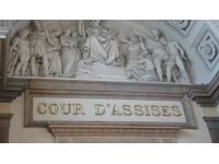 Attendu comme témoin à la cour d'assises de Lyon, il se présente avec des munitions