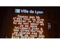 Saint-Valentin : déclarez votre flamme sur les panneaux de la Ville de Lyon