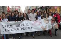 Des anti mariages pour tous manifestent à travers les rues de Lyon en vélo