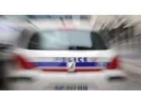 Lyon : une voiture sur le toit quai Jules Courmont