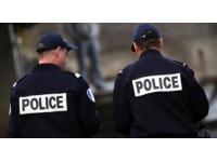 Un policier reçoit du gaz lacrymogène à Rillieux-la-Pape