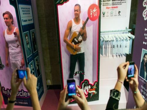 Des hommes bientôt en vitrine dans une boutique Adopte un mec à Lyon!