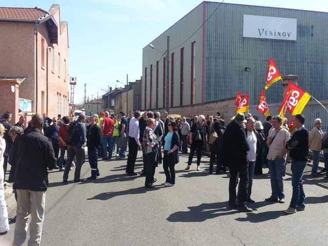 Vénissieux : une centaine d'ex-salariés rassemblés devant le site de Veninov lundi matin