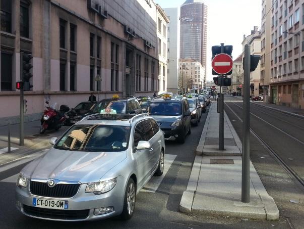 Lyon : nouvelle manifestation des taxis ce mercredi soir, l'accès à l'aéroport bloqué