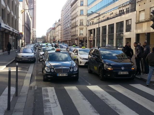 """Lyon : deux opérations escargot des taxis pour """"soutenir"""" les collègues parisiens"""