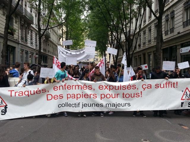 Adolescents menacés d'expulsion : 120 jeunes manifestent devant la préfecture du Rhône