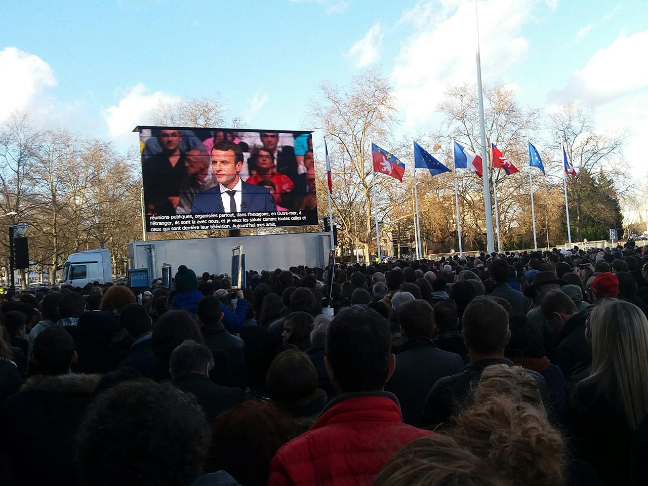 Le public resté dehors sur l'esplanade du Palais des Sports - LyonMag