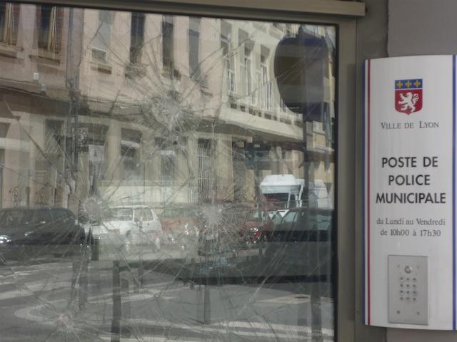 L'enquête toujours au point mort dans l'affaire du commissariat vandalisé à la Croix-Rousse