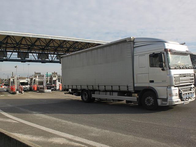 Un camion se couche sur la bretelle d'accès au périphérique à Villeurbanne