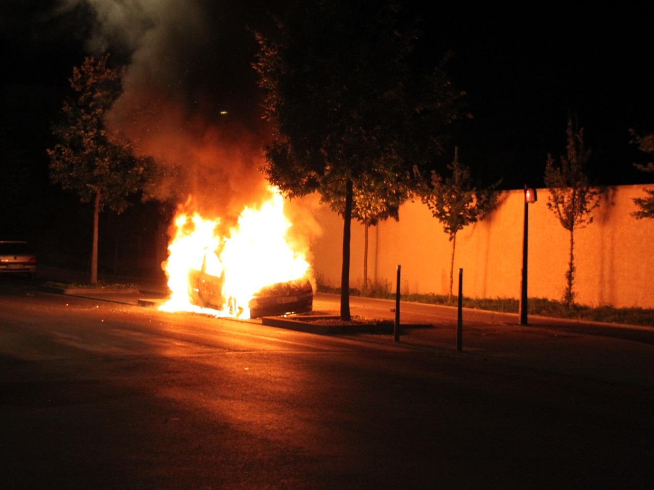 des voitures br l es et des tirs de mortiers dans l est lyonnais. Black Bedroom Furniture Sets. Home Design Ideas