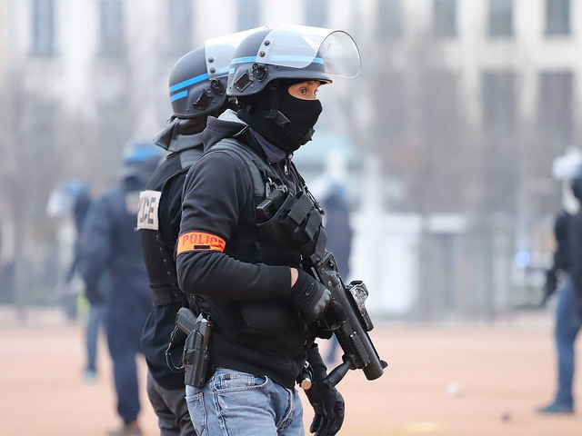 """Gilets jaunes : manifestant blessé par un tir de LBD à Lyon, la CGT dénonce des """"répressions injustifiables"""""""