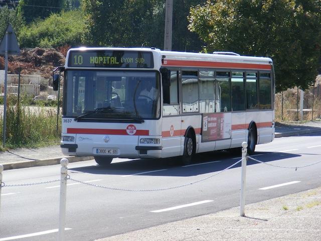 Une collision entre un camion et un bus bloque le trafic