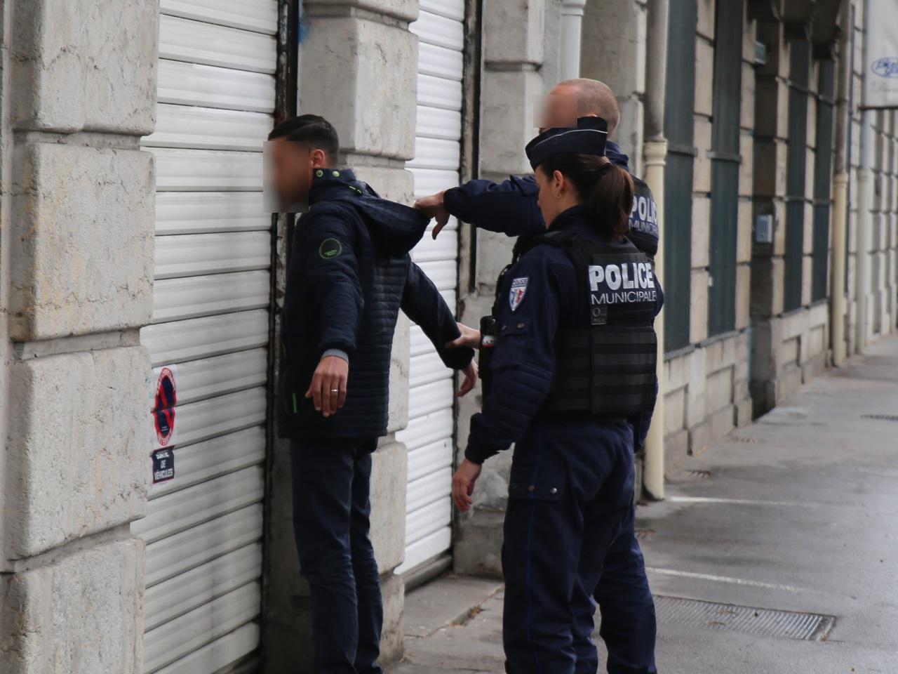 Un homme fouillé lors du contrôle - LyonMag