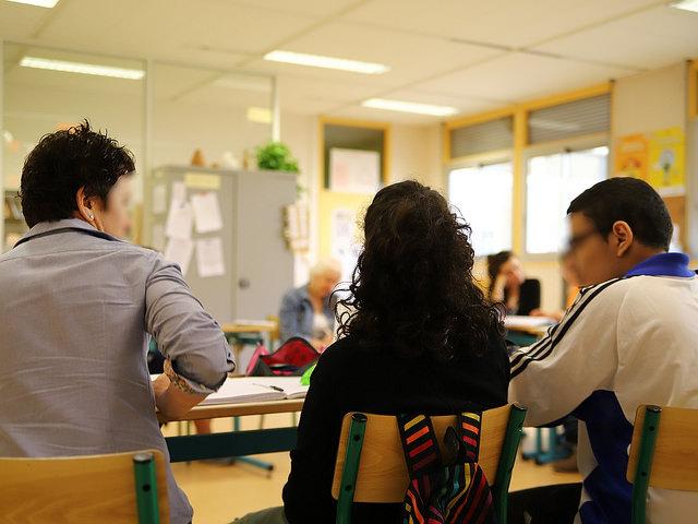 Des parents d'élèves occupent le gymnase d'une école pour empêcher une maman et ses enfants de dormir dans la rue