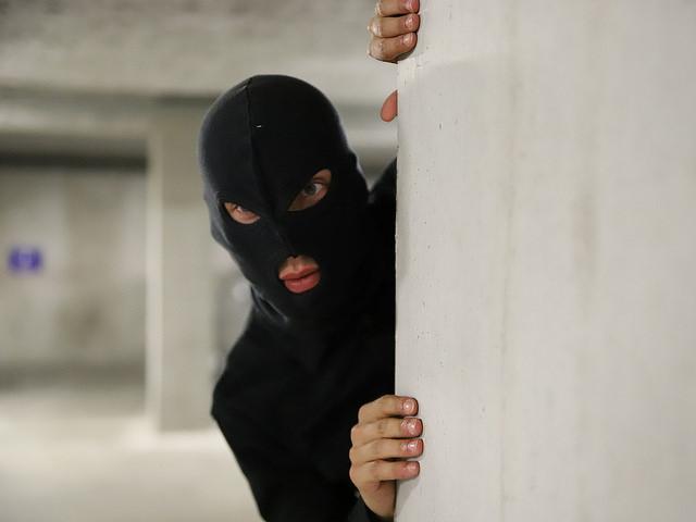Grigny : un homme ouvre la porte et se fait dévaliser par trois individus cagoulés