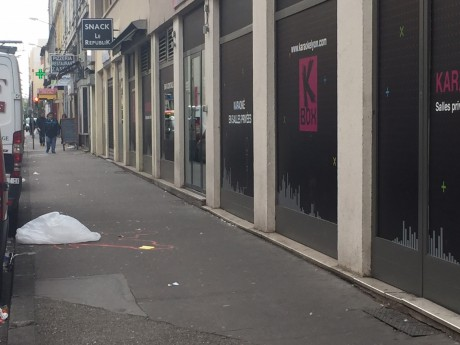 'emplacement du corps de la victime avait été délimité sur le trottoir à Villeurbanne - LyonMag