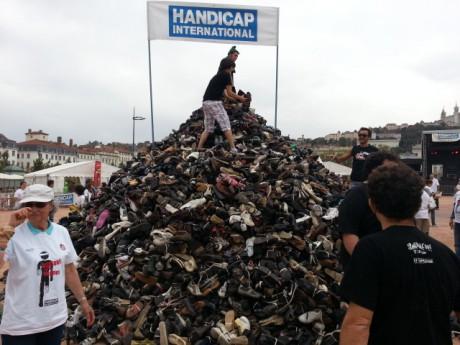 Des bénévoles recherchés à Lyon pour la Pyramide de chaussures de Handicap International