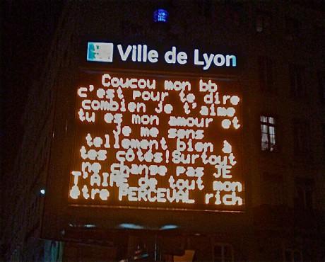 Saint Valentin : la Ville de Lyon met ses panneaux lumineux au service de Cupidon