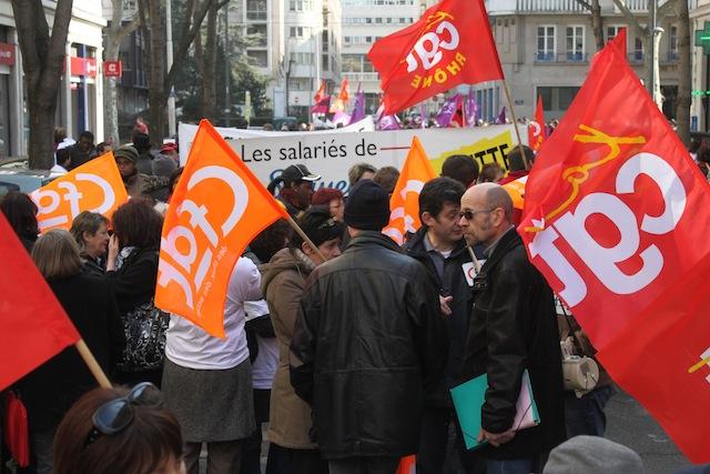 Plus d'une centaine d'employées de l'enseigne Lejaby manifestaient mardi devant les grilles de la préfecture